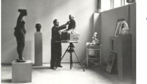 Gustav Seitz, Arbeit am Gipsmodell zum Kollwitz-Denkmal, Atelier Pariser Platz, Berlin 1957.