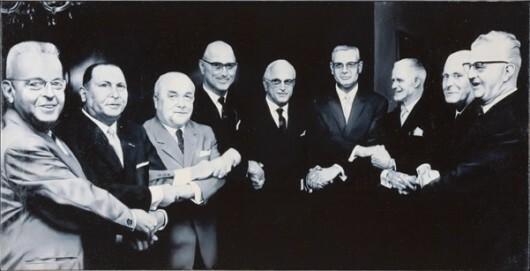 Manfred Boecker, 9 Freunde treffen sich, 1972, Öl auf Leinwand, 113 x 224 cm