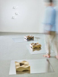 Kyra Spieker, Am Wegesrand, 2016, Steinzeug,  Aluminium, Chromfolie, Boden-Einzelelement je 10 x 100 x 75 cm, Wand-Einzelelement je 10 x 10 x 10 cm