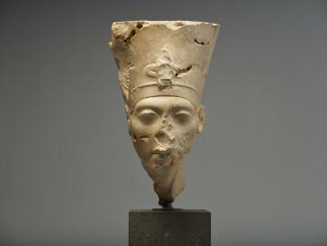 Kopf der Nofretete, Amenophis IV./Echnaton, Von einer Grenzsteele aus Tel el-Armarna, Kalkstein, ca. 1300 v. Chr.