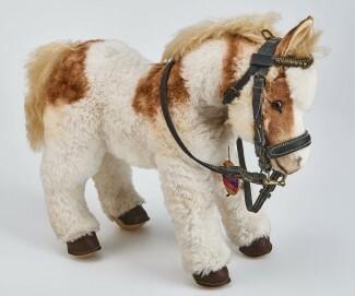 """Pony """"Shaddy"""" aus Dralon-Plüsch. Hersteller: Steiff, Giengen an der Brenz"""