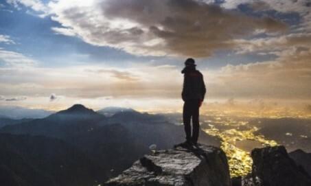 Hiker auf Bergspitze