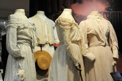 Eng eingeschnürte Kleider im Sans-Ventre-Stil, 1880-1909