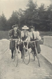 Drei Radfahrerinnen, Anfang des 20. Jahrhunderts.