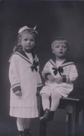 Geschwisterpaar in Matrosenkleidung, Anfang des 20. Jahrhunderts.