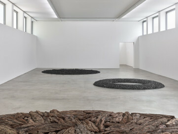 Kunst & Kohle - Die schwarze Seite: Richard Long, Bark Circle, 1993 Leihgabe Galerie Tschudi, Zuoz (CH)/Coal Circle, 1991 privater Leihgeber, Amsterdam/Black Charcoal Circle, Athens, 1989 Leihgabe MUDAM Luxemburg | Musée d'Art Moderne Grand-Duc Jean