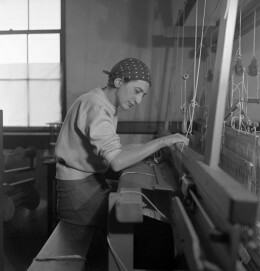 Anni Albers in ihrem Studio im Black Mountain College, 1937, Fotografie von Helen M. Post, Courtesy Western Regional Archives, State Archives of North Carolina