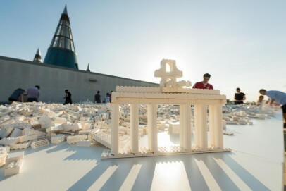 Ólafur Elíasson, The collectivity project 2015/2018; Weiße Lego®-Steine, Unterkonstruktion, Tische; Courtesy the artist; neugerriemschneider, Berlin; Tanya Bonakdar Gallery New York