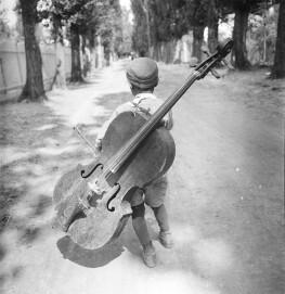 Junge mit dem Cello, Ungarn 1931, Silbergelatine