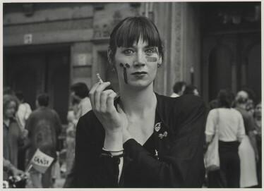 Gabriele und Helmut Nothhelfer, Junge Frau mit Zigarette auf dem Fest der Schlüterstraße, Berlin 1979, 1979, Gelatinesilberpapier, 20,8 × 29,1 cm, Ed. 10/12
