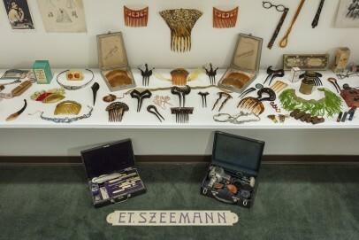 """Kämme und Accessoires von Étienne Szeemann, Installationsansicht """"Grossvater: Ein Pionier wie wir"""", Galerie Toni Gerber, Bern, 16. Februar – 20. April 1974."""