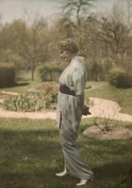 Martha Vogeler vor dem Barkenhoff in Worpswede, um 1908–1910