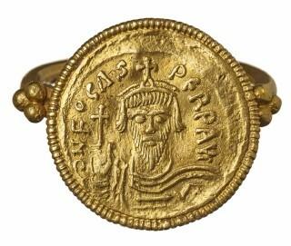 Fingerring mit Goldmünze des byzantinischen Herrschers Phocas aus Vochem. Anfang des. 7. Jahrhunderts n. Chr.