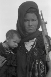 Christine Spengler: Nouenna, eine Kämpferin der Volksfront Polisario; Westsahara, 1976, Inkjetdruck, 50 x 60 cm