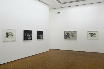 Installationsansicht: Hockney/Hamilton. Expanded Graphics Neuerwerbungen und Arbeiten aus der Sammlung, mit zwei Filmen von James Scott