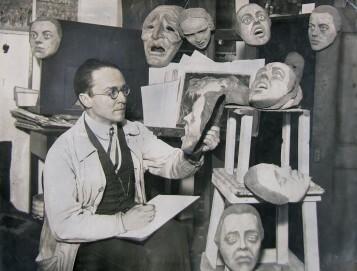 Emil Pirchan mit Masken im Atelier, Berlin ca. 1920