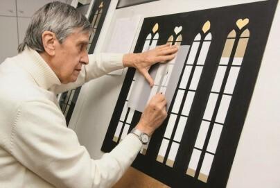 Johannes Schreiter im Atelier 2010 bei der Entwurfsarbeit für die nördlichen Chorfenster der Rothenburger Franziskanerkirche
