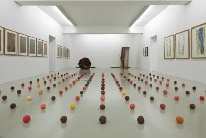 Erwin Wortelkamp, Orangen für Hans von Marées, 1996; Gips, Eisen, Wasserfarbe, Dimension variabel