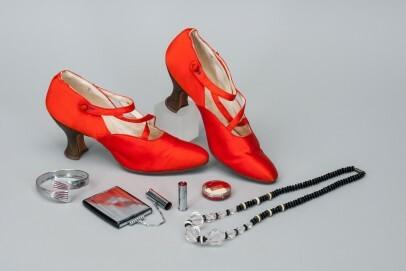 Ensemble aus orangeroten Schuhen, Kette, Armreif, Puderdose und Schminketui, verschiedene Materialien, 1920er/30er Jahre