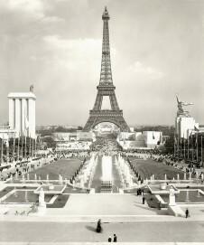 Blick auf den Eiffelturm, links das Deutsche Haus, rechts der sowjetische Pavillon
